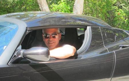 George Clooney subasta su deportivo eléctrico Tesla Roadster con fines humanitarios