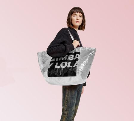 A Bimba y Lola también le gusta Balenciaga (e Ikea), así es el nuevo bols(az)o que lanzan al mercado
