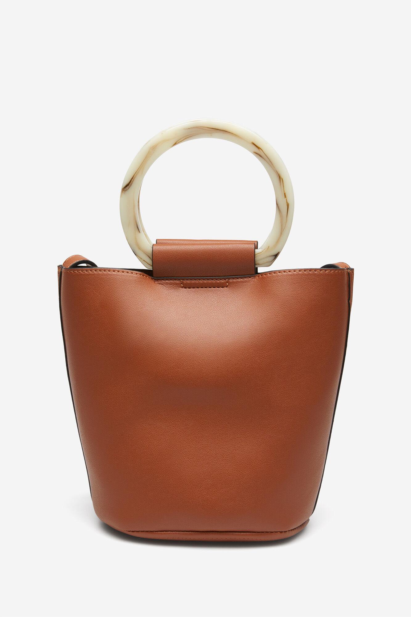 Bolso bucket, con cierre de imán, con asa larga para colgar y dos asas redondas de carey.