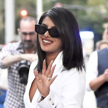 Blanca y radiante camina Priyanka Chopra por las calles de Nueva York, con un gran look con el que volver a la oficina