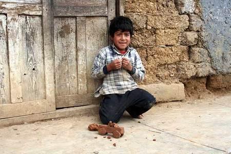 Un niño juega con cosas de barro.