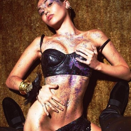 Miley Cyrus y su afición a enseñar a sus chicas... ¡hasta en televisión!