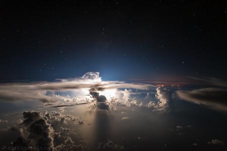 Impresionantes imágenes de tormentas captadas por un piloto desde la cabina del avión