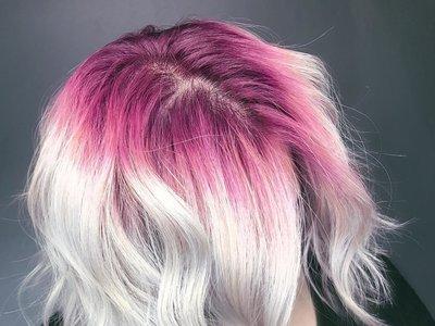 Melenas blancas como la nieve a las que les salen raíces rosas: esta es la nueva tendencia de Instagram