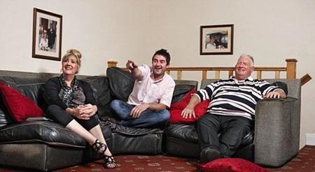 Gente viendo la tele por la tele; Atresmedia adaptará 'Gogglebox'