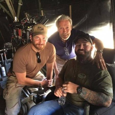 Cooper y Eastwood posan junto a un marine durante el rodaje