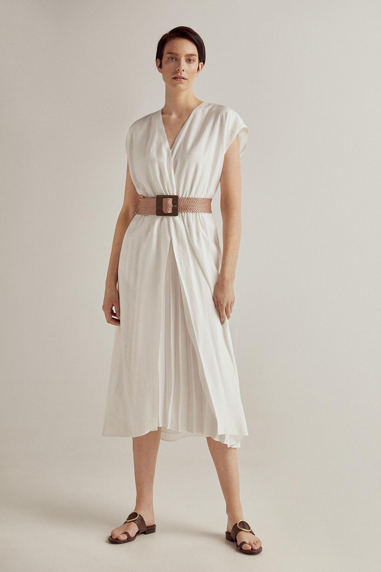 Vestido blanco co escote en pico y falda plisda
