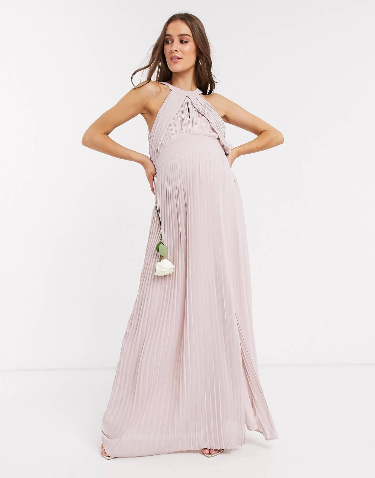 Vestido largo de dama de honor plisado en rosa de TFNC Maternity