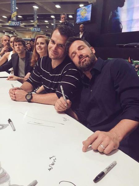 Henry Cavill y Ben Affleck firmando autógrafos en la Comic-Con