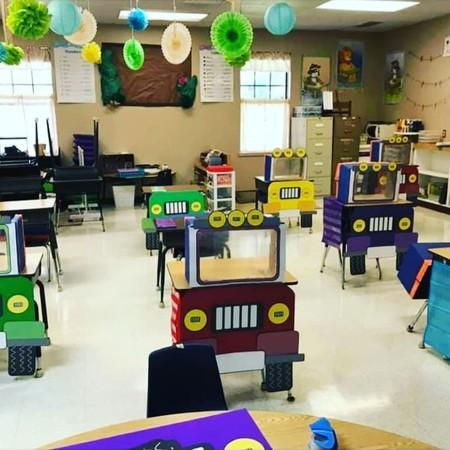 Una profesora decora los pupitres de sus alumnos como camiones, para ayudarles a sentirse mejor ante la vuelta al cole