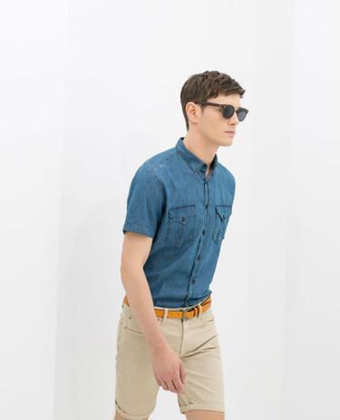 Zara le da una oportunidad a la combinación camisa de manga corta + bermudas
