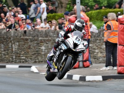 Imparable Michael Dunlop, victoria y récord absoluto en el Tourist Trophy