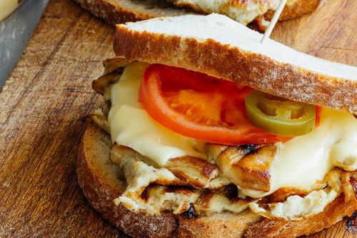 Sándwich de huevo con champiñones y cebolla. Receta fácil de desayuno