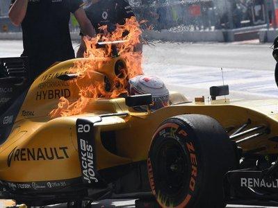 El coche de Magnussen estalla en llamas y causa el caos en el pitlane de Malasia