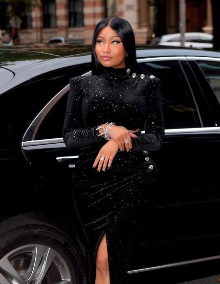 El día en que Nicki Minaj nos convenció con un ajustado look negro y una melena hasta la rodilla ¿Le gustará a Kim Kardashian?