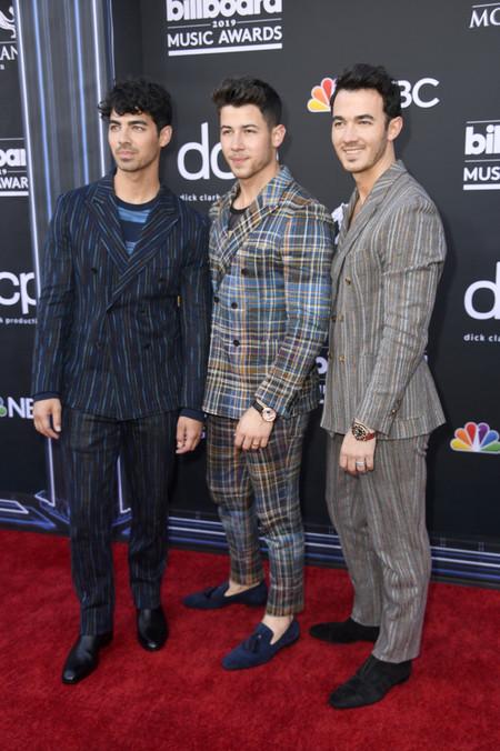 Los Jonas Brothers Le Dan Un Giro Artistico Y Colorido Al Look Sartorial Para Los Billboard Awards 3