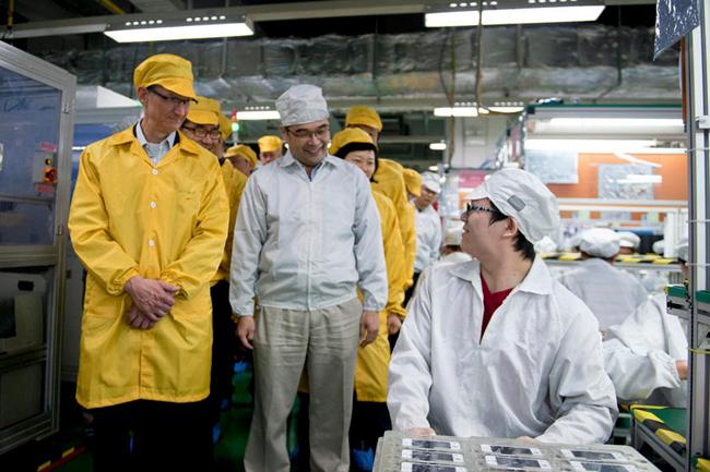 El CEO de Apple Tim Cook visitando la planta de producción de Foxconn en la que se fabrica el iPhone
