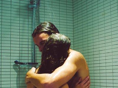 ¿La intimidad se crea? Una artista se fotografía con extraños como medio para protestar por la superficialidad de las redes sociales