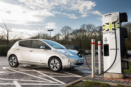 El Nissan LEAF se dispara en Inglaterra y el Renault ZOE está varado en Francia