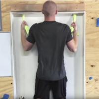 Un truco para hacer dominadas en cualquier sitio: solo necesitas dos toallas y una puerta