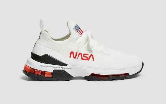 Zapatilla blanca con logo de la NASA y toques de color
