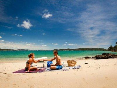 Glamour de verano: estos son los imprescindibles para un picnic de playa con estilo