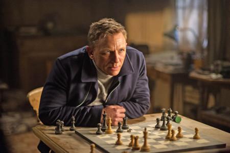 Bond jugando al ajedrez
