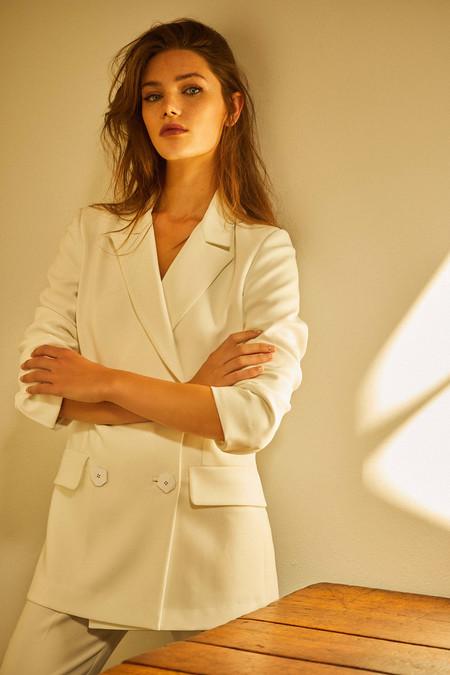 Dolores Promesas nos enamora con sus chaquetas de nueva temporada (y también en rebajas) para lucir en primavera