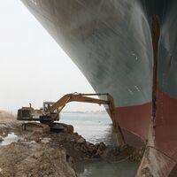 EEUU podría entrar en acción para reflotar el barco encallado en el canal de Suez. Mientras, las grúas egipcias se rompen