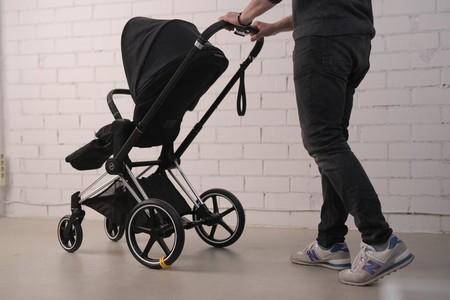 Inventan un accesorio para el cochecito que ayuda a dormir a los bebés: simula el traqueteo de los paseos