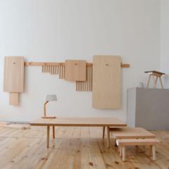 mesas-y-taburetes-que-se-guardan-colgados-en-la-pared
