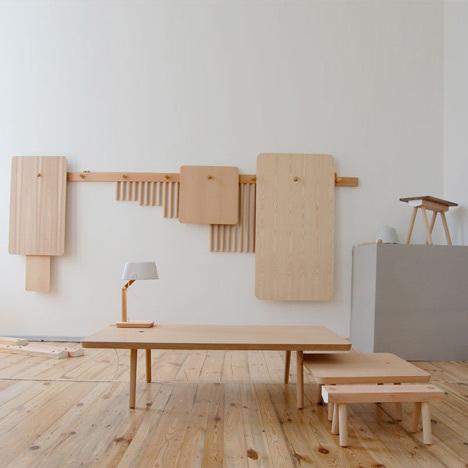 Foto de Mesas y taburetes que se guardan colgados en la pared (1/7)