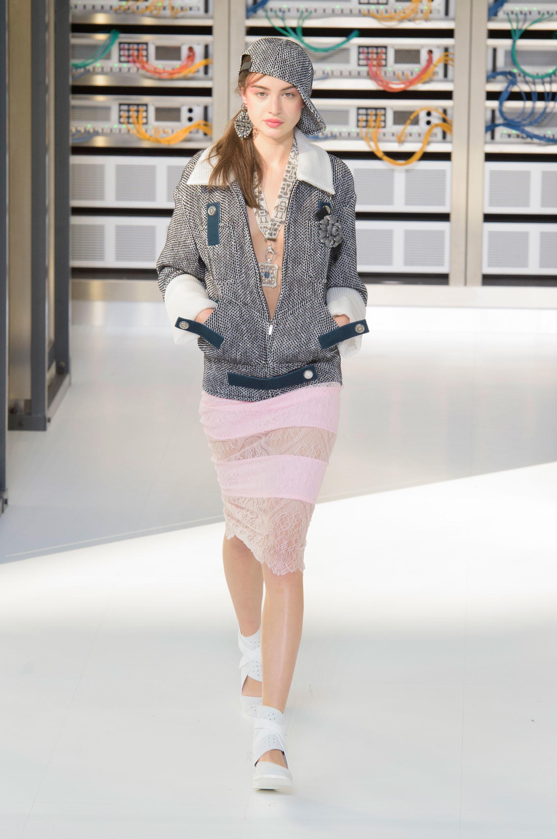 Foto de El regreso al futuro de Chanel en su colección Primavera-Verano 2017 (68/96)