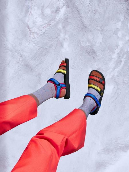 Happy Socks sabe que los calcetines lucen mejor con sandalias y así nos muestra su nueva colección