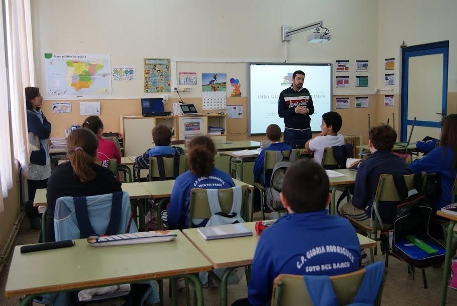 Menores mal considerados nativos digitales y profesores atrapados por la política: así se enseña privacidad y seguridad en España
