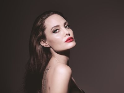 Angelina Jolie vuelve  a poner cara a la nueva (e hiper femenina) Mon Guerlain Florale