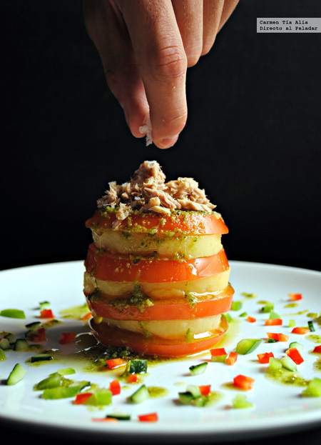 Milhojas de patata y tomate con aliño de pesto: receta de verano