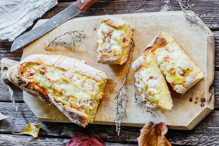 Baguette rellena de huevos con tocino. Receta fácil