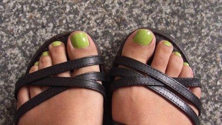 mis-pies-y-sally-hansen-verde.jpg