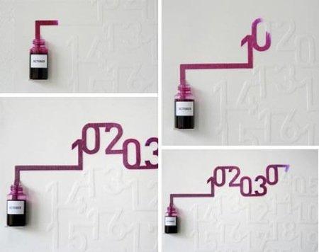 Calendario en la pared con tinta de color