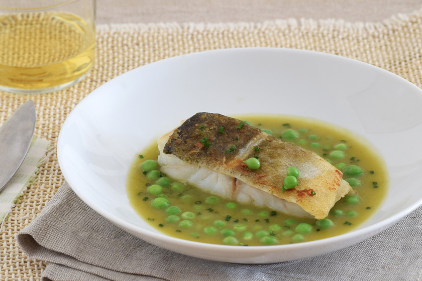 Bacalao con guisantes frescos y salsa de sus vainas a la sidra: receta sin desperdicio