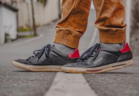 Chollos en tallas sueltas de  zapatillas  Pepe Jeans, Tommy Hilfiger o Levi's por menos de 40 euros en Amazon