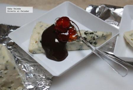 Receta: Queso azul con salsa de chocolate y pimientos confitados