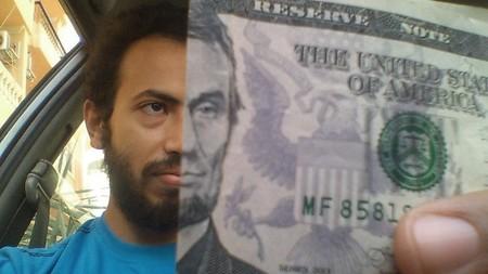 Hay gente que está alineado sus caras con los rostros de los billetes y es divertidísimo