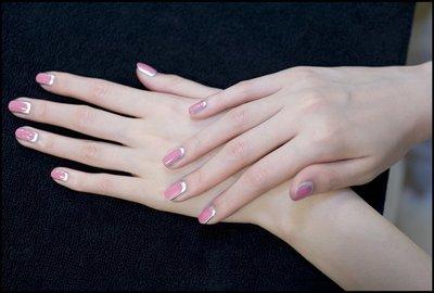 La última creación de Chanel, uñas en rosa y metálico