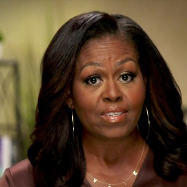 Michelle Obama utiliza un collar de letras con la palabra 'vote' (vota) y manda un mensaje durante su discurso en la Convención Demócrata