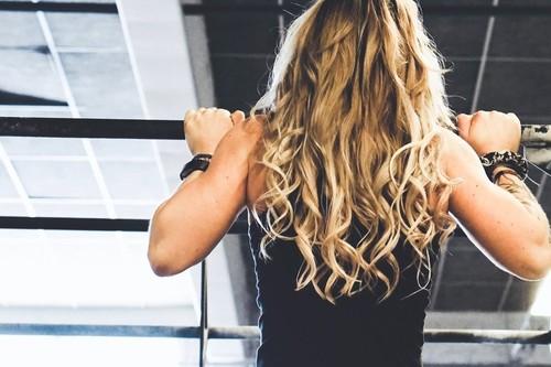 ¿No puedes hacer dominadas o remos en casa? Tres ejercicios para tu espalda con los que puedes sustituirlos