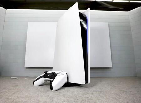 Crean la PS5 y el DualSense más grandes del mundo, totalmente funcionales, y va a ser difícil hacerle hueco en el salón