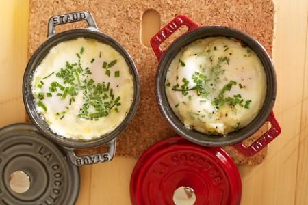 Huevos en cocotte. Receta de desayuno con toques franceses
