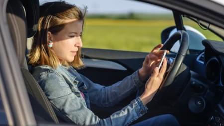 Escribir mensajes de texto mientras conduces es más peligroso de lo que crees